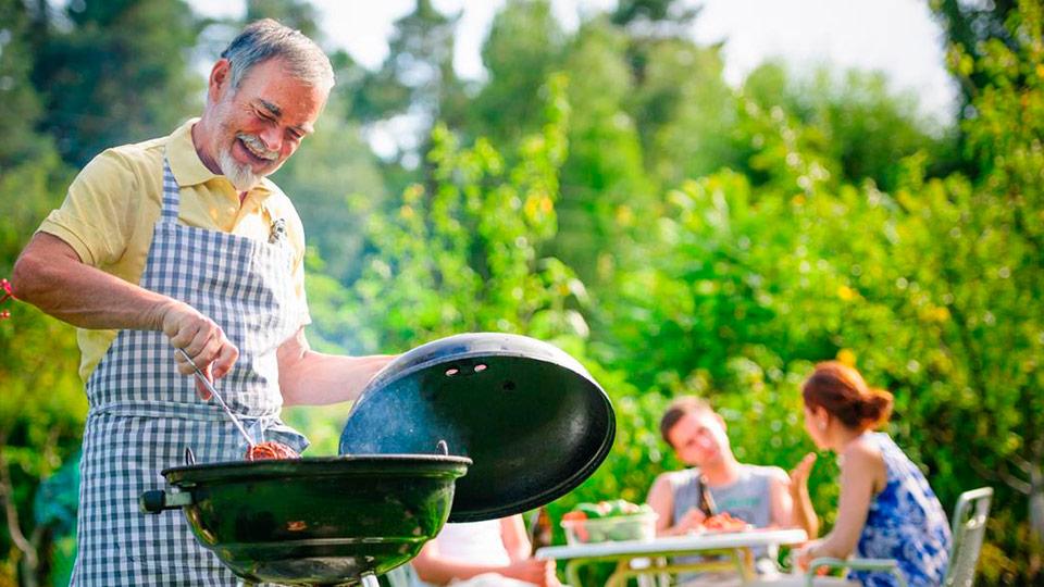 familia-fazendo-churrasco